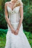 Piękna panna młoda w ślubnej sukni blisko starego kasztelu Obrazy Stock