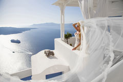 Piękna panna młoda w ślubnej sukni na Santorini w Grecja Zdjęcia Stock