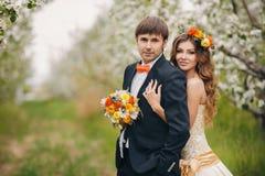 Piękna panna młoda w ślubnej sukni w ogródzie Zdjęcie Royalty Free