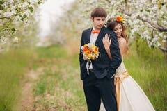 Piękna panna młoda w ślubnej sukni w ogródzie Zdjęcia Royalty Free