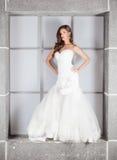 Piękna panna młoda w ślubnej sukni z nagimi ramionami i przesłoną Zdjęcia Stock