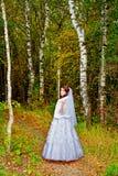 Piękna panna młoda w białej ślubnej sukni w lesie Fotografia Royalty Free