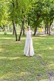 Piękna panna młoda w biel koronki sukni lato czas Obraz Royalty Free