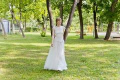 Piękna panna młoda w biel koronki sukni lato czas Zdjęcie Royalty Free