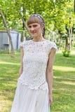 Piękna panna młoda w biel koronki sukni lato czas Zdjęcie Stock