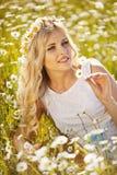 Piękna panna młoda w polu zdjęcie royalty free