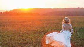Piękna panna młoda w polu przy zmierzchem obraz royalty free
