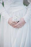 Piękna panna młoda w rocznik ślubnej sukni pozuje w kwitnącym jabłko ogródzie 9 trybowi stubarwni obrazki ustawiających wiosna tu Zdjęcie Stock