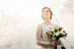 Piękna panna młoda z ślubem kwitnie bukiet, atrakcyjna kobieta ja obraz royalty free