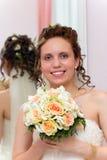 Piękna panna młoda z bukietem kwiaty obrazy stock