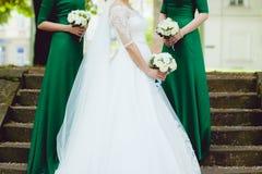 Piękna panna młoda z dużym ślubnym bukietem Zdjęcia Royalty Free