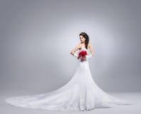 Piękna panny młodej pozycja z kwiatu bukietem Obraz Royalty Free