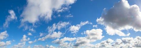 Piękna panorama niebieskie niebo z białymi chmurami zdjęcie stock