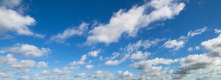 Piękna panorama niebieskie niebo z białymi chmurami zdjęcie royalty free
