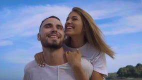 Piękna para podczas wakacji letnich zdjęcie wideo