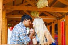 Piękna para robi ręki zapaśnictwa wyzwaniu zdjęcie royalty free