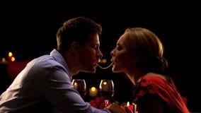 Piękna para robi spaghetti całować na romantycznej dacie w restauracji, miłość obraz stock