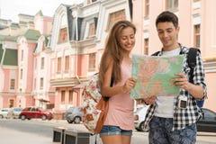 Piękna para turyści trzyma mapę wewnątrz Zdjęcie Royalty Free