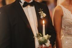 Piękna para w kościół Nowożeńcy przysięgają do siebie kochać na zawsze panna młoda, pan młody happy obraz royalty free