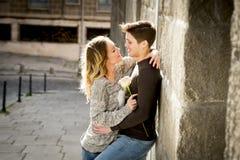 Piękna para w miłości całuje na ulicznym alei odświętności walentynek dniu Obraz Stock
