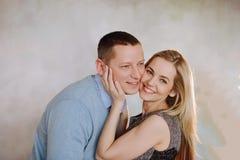 Piękna para w miłości ma wielkiego czas i ściskać zdjęcia royalty free
