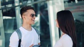 Piękna para w miłości stoi blisko lotniskowego terminal, opowiada z each inny Biznes, kontrakt, mieć transakcję zbiory wideo