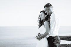 Piękna para w polu, kochankach lub nowożeńcy pozuje na zmierzchu z perfect niebem, czarny white Obraz Stock