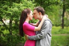 piękna para w słodkim policzka buziaku Obrazy Stock