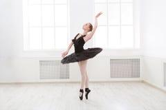 Piękna pełen wdzięku balerina w czarnego łabędź sukni zdjęcia stock