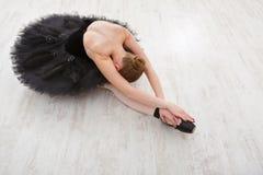 Piękna pełen wdzięku balerina w czarnego łabędź sukni zdjęcia royalty free