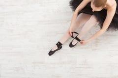 Piękna pełen wdzięku balerina w czarnego łabędź sukni obraz royalty free