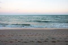Piękna piasek plaża, ocean i Obrazy Royalty Free