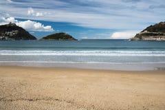 Piękna piaskowata plaża w San Sebastian z monte urgull, wyspą Santa Clara i monte igueldo, baskijski kraj, Spain Zdjęcie Stock
