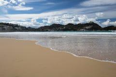 Piękna piaskowata plaża z widokiem na monte igueldo i Santa Clara wyspie w San Sebastian, baskijski kraj, Spain Obrazy Royalty Free