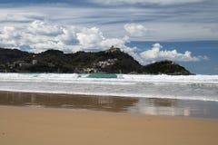 Piękna piaskowata plaża z widokiem na monte igueldo i Santa Clara wyspie w San Sebastian, baskijski kraj, Spain Fotografia Stock