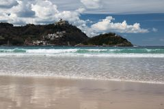 Piękna piaskowata plaża z widokiem na monte igueldo i Santa Clara wyspie w San Sebastian, baskijski kraj, Spain Obrazy Stock