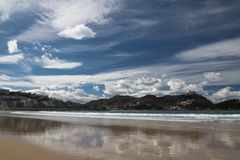 Piękna piaskowata plaża z widokiem na monte igueldo i Santa Clara wyspie w San Sebastian, baskijski kraj, Spain Fotografia Royalty Free