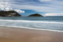 Piękna piaskowata plaża z widokiem na monte igueldo i Santa Clara wyspie w San Sebastian, baskijski kraj, Spain Zdjęcie Stock