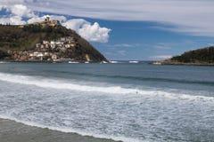 Piękna piaskowata plaża z widokiem na monte igueldo i Santa Clara wyspie w San Sebastian, baskijski kraj, Spain Obraz Royalty Free