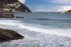 Piękna piaskowata plaża z widokiem na monte igueldo i Santa Clara wyspie w San Sebastian, baskijski kraj, Spain Zdjęcie Royalty Free