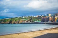 Piękna plaża i linia brzegowa nadmorski grodzka łupa, wyspa mężczyzna Zdjęcia Stock