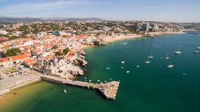 Piękna plaża i marina Cascais Portugalia widok z lotu ptaka Zdjęcia Royalty Free