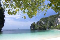 Piękna plaża, morze i niebieskie niebo przy Andaman oceanem w Południowym Tajlandia, Zdjęcia Royalty Free