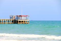 Piękna plaża na morzu niebieskim niebie pod popołudniowym słońca światłem i, Mea Ramphueng plaża - Rayong Thailand obrazy stock