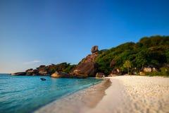 Piękna plaża na tropikalnej wyspie z jasną turkus wodą fotografia stock