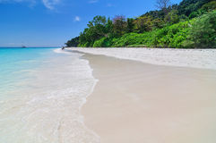 Piękna plaża, niebieskie niebo w lecie obraz stock