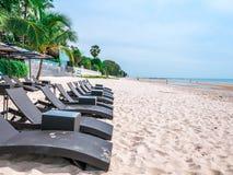 Piękna plaża w Hua Hin Tajlandia Krzesła na białej piaskowatej plaży blisko morza Wakacje letni i wakacje pojęcie dla turystyki fotografia stock