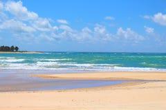 Piękna plaża z błękitnym morzem, białymi piaskami i spokojem, zdjęcia royalty free