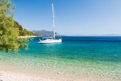 Piękna plaża z jachtem na dalmatian wyspie, Dalmatia, Chorwacja fotografia royalty free