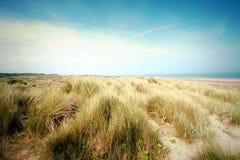 Piękna plaża z piaska niebieskim niebem w UK i diunami Obrazy Stock